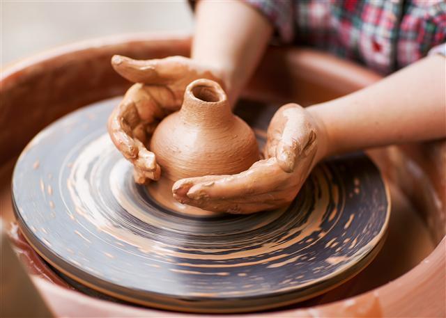 埋藏地下的泥土經過了多少歲月滄桑、千百年風霜雨雪,終於被捏成了瓷器。(123RF)