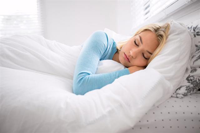 英國牛津大學的研究顯示,每晚睡超過9個小時,做惡夢的頻度會增加。圖為一名女子在睡覺。(Fotolia)