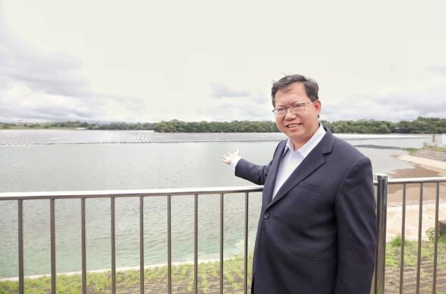桃園市長鄭文燦(中)參訪水上型太陽能發電設施。