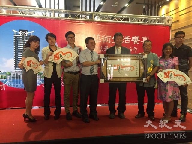 宜誠總裁賴廣田、宜雄董事長賴森源與四位藝術家簽約,其作品將每月輪展一次。