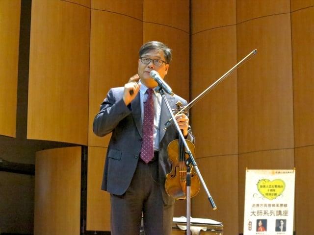 「走進古典音樂風景線-大師系列講座」,下午場由國立台北藝術大學音樂學院院長蘇顯達主講「你的態度決定音樂的高度」。