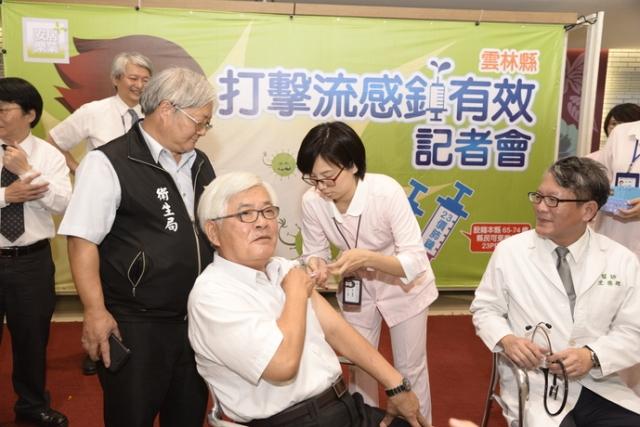 縣長李進勇29日上午在縣府親民空間率先注射流感疫苗,呼籲民眾踴躍參加。(縣府提供提供)