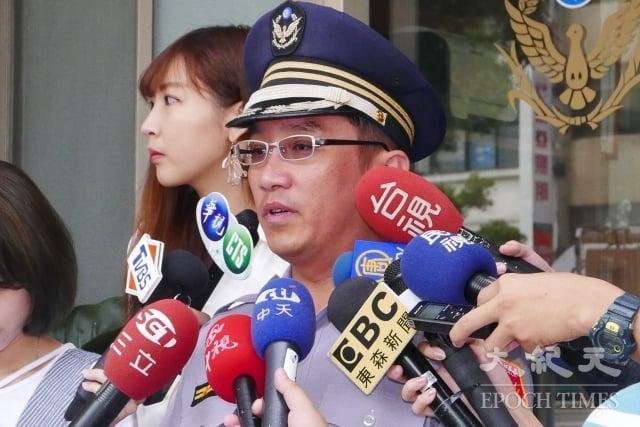 忠孝東路派出所所長林俊燁(中)2日向媒體說明案情。