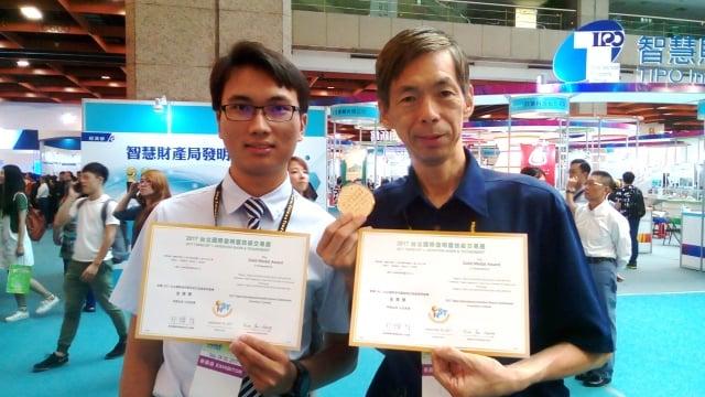 左起得獎學生陳冠廷,右指導教授吳匡時。(健行科大提供)