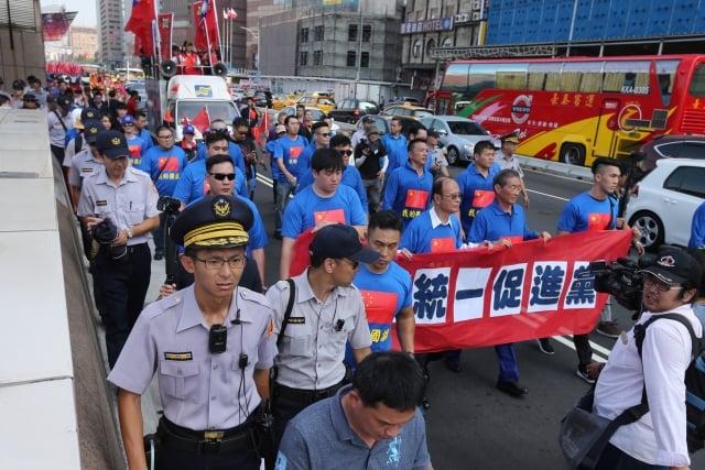 繼日前在台大校園毆打學生後,統促黨1日又在台北舉辦遊行。(中央社)