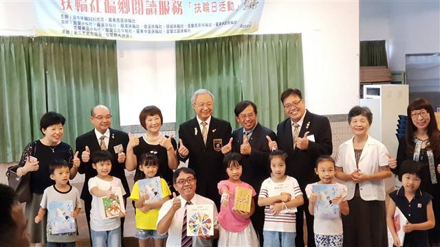 謝漢池總監(右5)、謝榮佳秘書長(左2)與新三才文化協會代表及《大紀元時報》董事長曹慧玲(右2)。與大洲國小學生。(張麗芳/攝影)