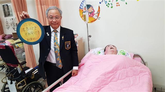 謝漢池總監探望養護患者暨作急救教學示範。(國際扶輪3490提供)