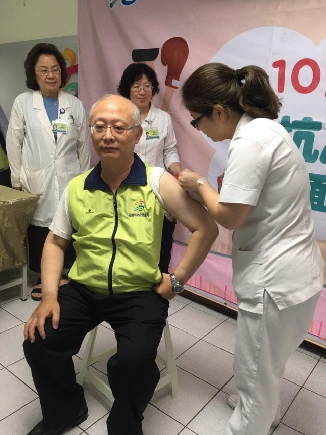 高市衛生局長黃志中接受流感疫苗接種。