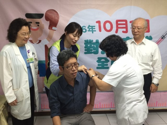 高市新聞局長丁允恭接受流感疫苗接種。(高市衛生局提供)