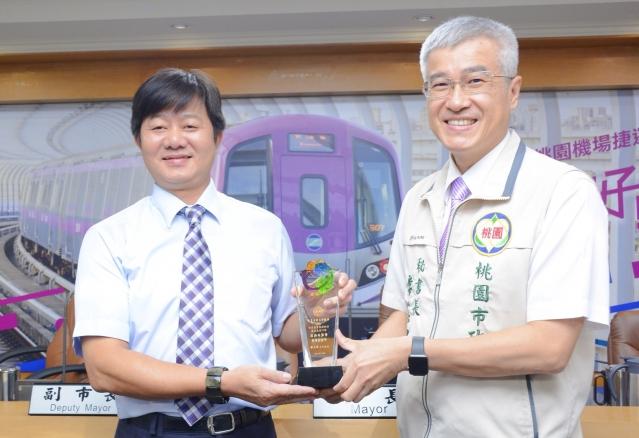 桃園市府秘書長李憲明(右)表揚「第11屆農金獎」農會。(桃園市府提供)