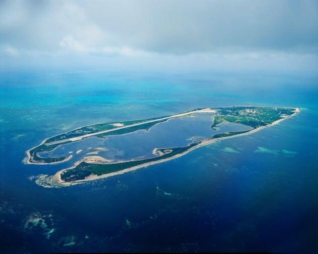 東沙島猶如南海上一只翡翠戒環,鮮少人為破壞,特殊自然地形保存完整。(高市水利局提供)