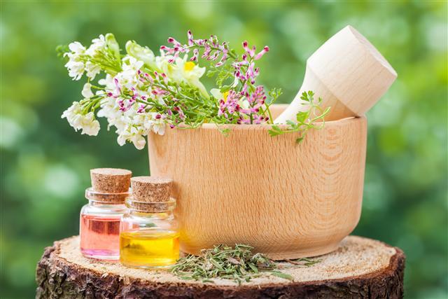 草本精油保養興盛,臉部植萃複方精油也受許多人喜愛。(123RF)