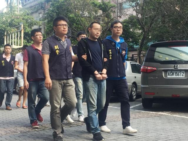 警政署刑事局16日偵破四海幫海強堂成員涉嫌暴力恐嚇等案,共拘提6人,並查獲開山刀、20張本票及犯案用手機,全案送辦。