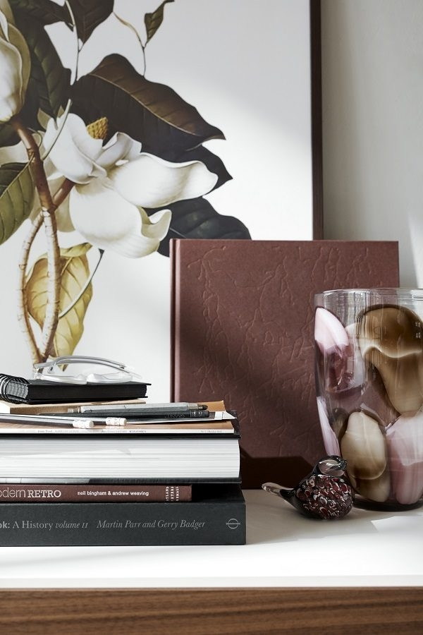花朵圖案的裝飾畫和裝飾性的水杯,引人入勝,彷彿將花朵種到家裡的每個角落。(BoConcept提供)