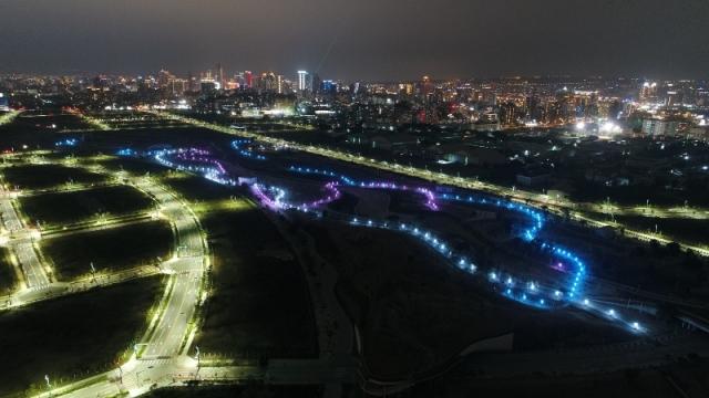 台中水湳中央公園以洋紅、淺藍、冷白三色景觀燈,照亮整座公園,未來將成為市民晚上活動休憩的新亮點。