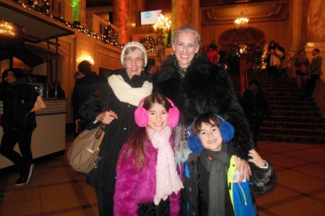 專業攝影師Kathy Svirsky(後排右1)觀賞神韻世界藝術團在波士頓博赫王安劇院。(記者李辰/攝影)