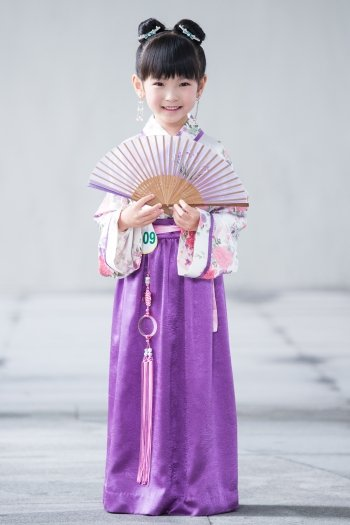 著漢服、梳雙髻的小女孩。(記者陳柏州/攝影)