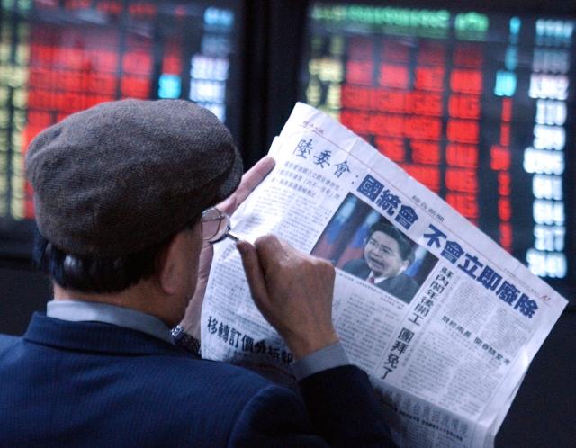 學者蘇紫雲認為,政府不了解媒體生態已有變化,只認定傳統紙媒發行量。圖為閱報的民眾。