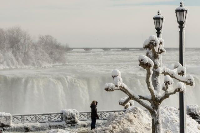 美國近日籠罩在酷寒天氣中,尼加拉瀑布出現冰封奇觀。(GEOFF ROBINS/AFP/Getty Images)