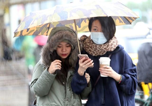 過敏氣喘的人不妨戴口罩、圍上圍巾保護氣管。(中央社)