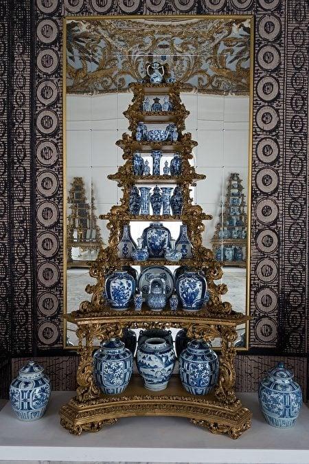 奧拉寧堡宮(Oranienburg)中堆放成金字塔的瓷器。(Thomas Quine/Flickr/CC)