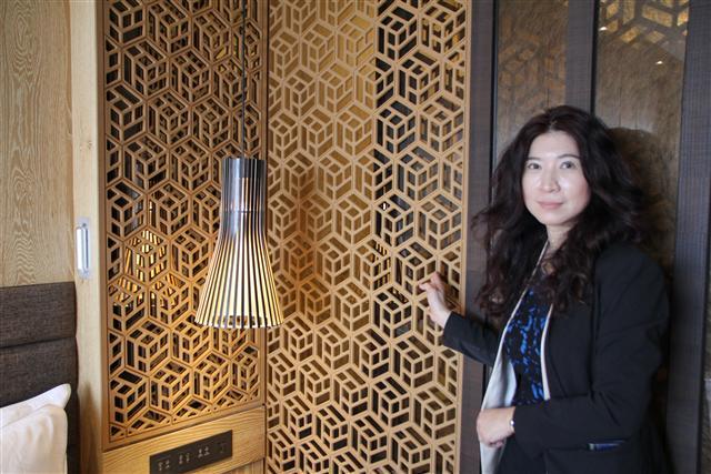 蔡惠華副總表示,融入台南古式窗花圖案的造型壁板、隔屏,是能防水除臭的碳化板,配合木紋色系的「漫活人文」風格、以及黑白「質感時尚」房型,打造精品旅館的特色氛圍。(攝影/陳志達)