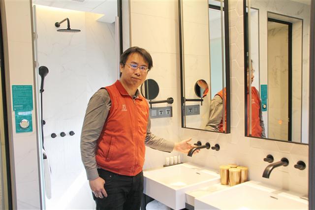 JUSTIME行銷經理張凱祥表示,「台灣設計、台灣製造」是協助旅館業者客製化最主要的關鍵。(攝影/陳志達)
