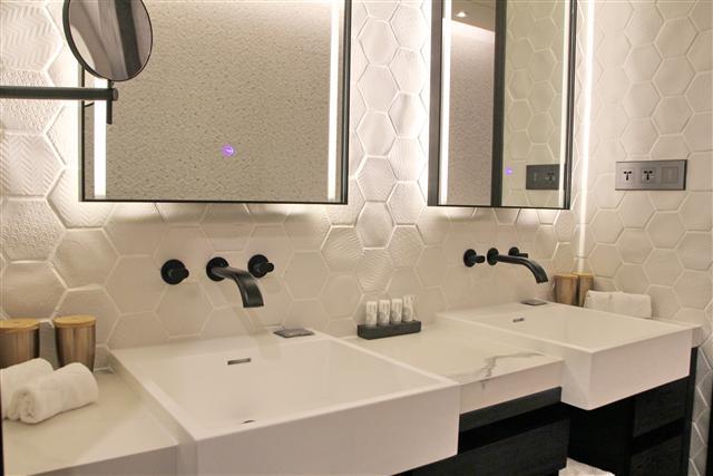 造型優美、設計簡潔的水龍頭及洗手台面,使用起來會有一種喜悅的滿足感。(攝影/陳志達)