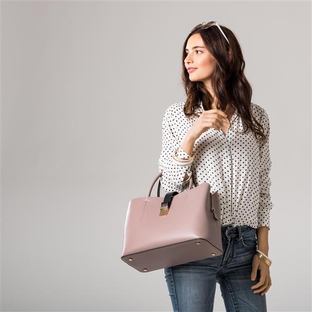 裝滿物品的手提包應該不超過自身體重的10%。(Fotolia)