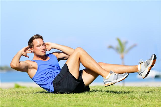 仰臥起坐做太多會引發脊椎變形,使之向前彎曲,成「C」字形,進而損害背部肌肉。(Fotolia)