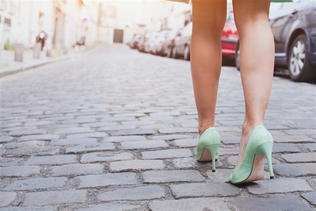 愛穿高跟鞋或拖鞋的人,兩者都會使足部失去穩定,影響背部平衡,引起腰背痠痛。(Fotolia)