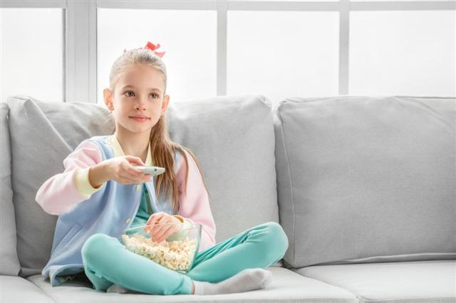 坐在電腦和電視機前,患腰背痛的機率比愛活動的高出3倍。(Fotolia)