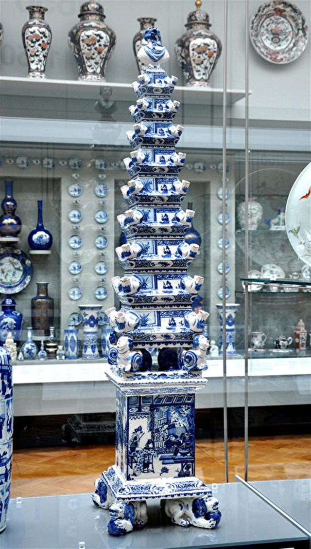 生產於台夫特製陶場的花塔,17世紀末。(維基百科)