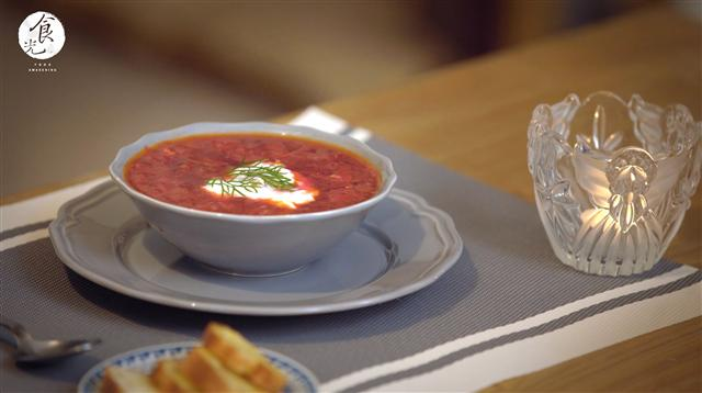 「羅宋湯」依個人口味,盛盤時可以加入一匙優酪乳、少許蒔蘿。(C2食光提供)