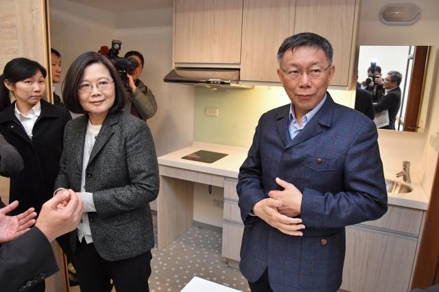 總統蔡英文(前左)26日到位於台北市松山區的健康公宅視察,台北市長柯文哲(右)等人也在旁陪同蔡總統參觀。(中央社)