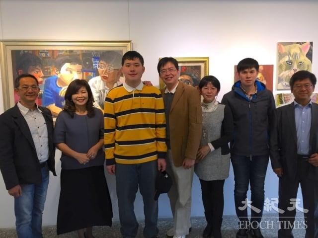 台中「光之藝廊」2018年第一檔展覽為羅得嘉(左三)創作作品,羅家全員到齊。左二為台灣身心障礙藝術發展協會理事長張麗莉、左一為台中市全人家長會長協會秘書長邱文祥。(記者謝平平/攝影)