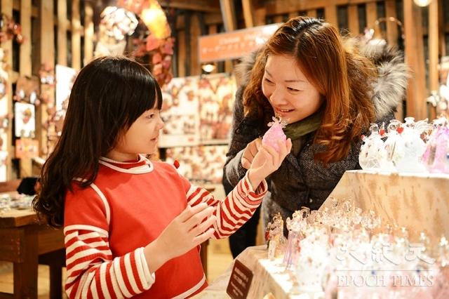 觀光客喜愛小樽的玻璃工藝品。(記者龔安妮/攝影)