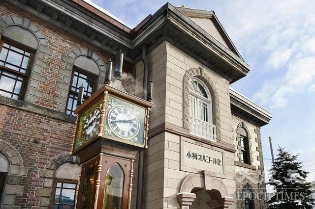 小樽音樂盒堂本堂門口的蒸氣時鐘,是於1977年由加拿大工匠打造的電動式時鐘,目前是小樽的著名景點。(記者龔安妮/攝影)