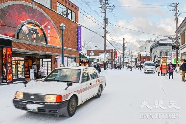 冬季的堺町通商店街有濃濃的北國風情。(記者龔安妮/攝影)