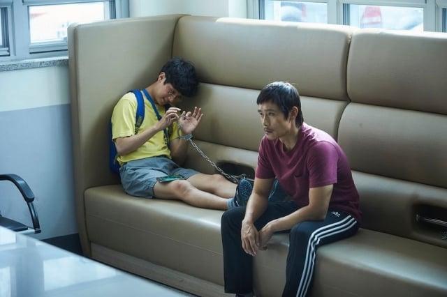 《那才是我的世界》劇照。圖為李炳憲(右)與朴正民(左)。(車庫娛樂提供)