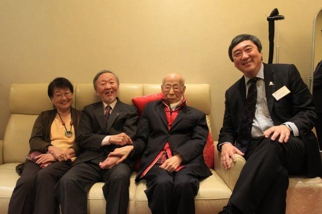 圖為饒宗頤(右二)生前與前香港中文大學校長高錕(左二 )和沈祖堯(右一)合照。(中央社)