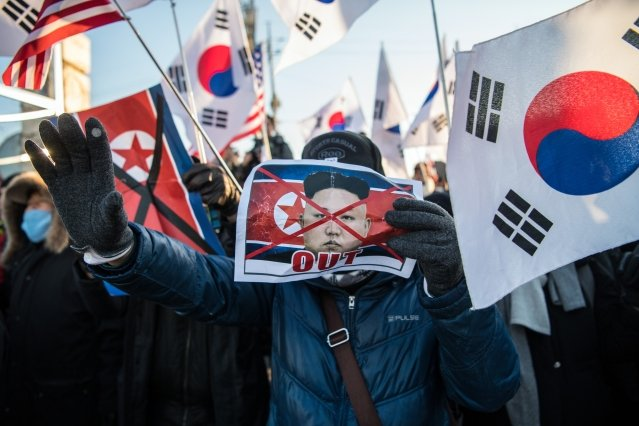 6日北韓藝術團乘郵輪抵達韓國東海墨湖港,數以百計憤怒的韓國民眾到場抗議。(Carl Court/Getty Images)