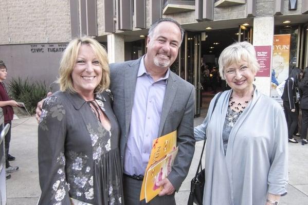聖地亞哥傳教士棒球隊的評述員Don Orsillo(中)攜母親和太太在市政劇院觀賞神韻紐約藝術團的演出。(記者楊婕/攝影)