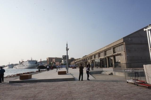 「棧貳庫」原高雄二號船渠漁人碼頭,港務公司收回,交高土開公司活化出租,該建物為日治時代馬頭舊倉庫群,位於港口第一排視野極佳。