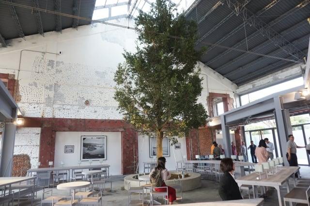 「棧貳庫」保留倉庫舊結構,打造穿透性高,輕食、文創的親水空間。