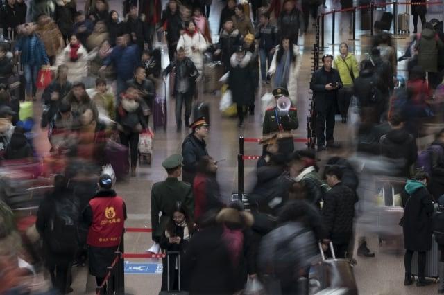 中國的新年返鄉大潮中,老百姓順利買到一張火車票不是一件容易的事。圖為2018年2月10日,北京西站的候車大廳。(AFP)