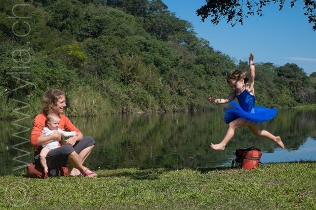 雖然過著游牧式的騎行生活,女兒Nayla仍可學芭蕾,她的夢想是想當巡迴世界的舞蹈演員。(Pasche夫婦提供)