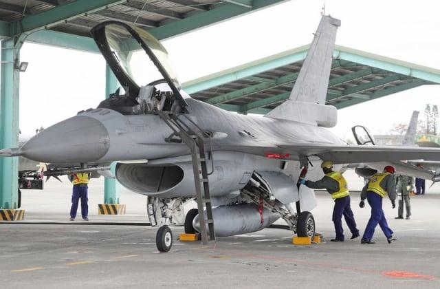 空軍爆發重大違紀事件,一名辣妹溜進花蓮基地F-16座艙內拍照,還在網上發文炫耀,已全面徹查相關失職人員。圖為台東志航基地F-16型戰機。(中央社)