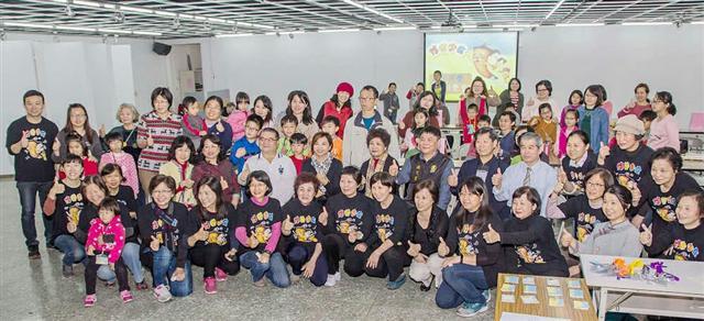 32個家庭參與【悠遊字在-半日學堂】系列活動,讓孩子親身體驗漢字之美。(新唐人提供)