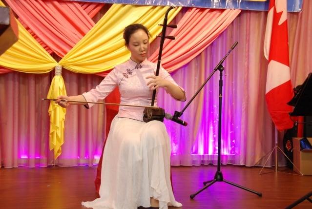 星辰在社區中國新年慶祝活動中表演二胡獨奏。(記者伊鈴/攝影)